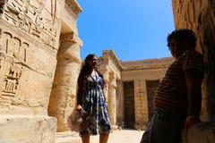 Família no templo - Egito fotografia de stock