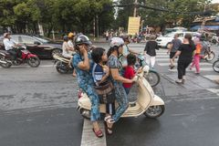 Família no velomotor em Ho Chi Minh, Vietname imagens de stock
