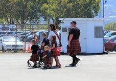 Família nos kilts que visita os jogos escoceses em Pleasanton foto de stock