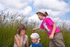 Família nos tallgrass Fotos de Stock Royalty Free