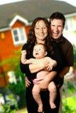 Família nova ao ar livre imagens de stock royalty free