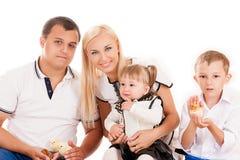Família nova com jovens crianças Foto de Stock Royalty Free