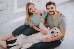 Família nova com o cão que levanta para a foto fotos de stock royalty free