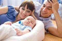 Família nova com recém-nascido imagens de stock royalty free
