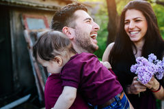 Família nova com uma criança na natureza Foto de Stock