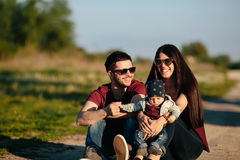 Família nova com uma criança na natureza Fotografia de Stock
