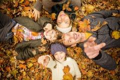A família nova de sorriso que faz uma cabeça circunda imagem de stock