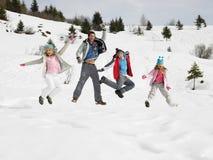 Família nova em férias do inverno Fotos de Stock