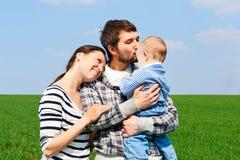 Família nova em fora Imagem de Stock Royalty Free