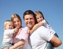 Família nova feliz ao ar livre Fotografia de Stock Royalty Free