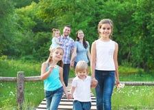 Família nova feliz com quatro crianças imagem de stock