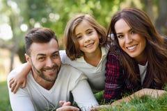Família nova feliz em um parque urbano foto de stock royalty free