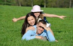 Família nova feliz. Jogos na natureza fotos de stock royalty free