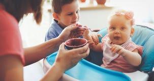 Família nova feliz, mãe com duas crianças fotos de stock