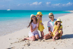 Família nova feliz na praia branca durante férias de verão Imagens de Stock