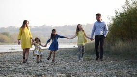 Família nova feliz que anda pelo rio vídeos de arquivo