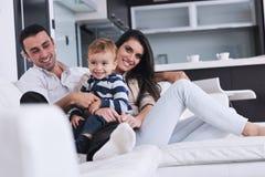 A família nova feliz tem o divertimento em casa Fotografia de Stock Royalty Free