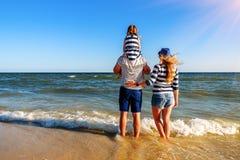 Família nova na praia fotografia de stock