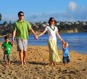 Família nova na praia na manhã foto de stock