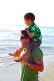 Família nova na praia na manhã Imagens de Stock Royalty Free