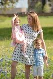 Família nova no campo de Texas Blue Bonnet Flowers imagens de stock royalty free