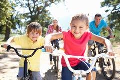 Família nova no passeio da bicicleta do país Fotografia de Stock