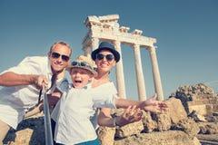 A família nova positiva toma uma foto do selfie perto do olonnad antigo do  de Ñ Fotos de Stock Royalty Free