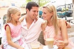 Família nova que aprecia a chávena de café Fotos de Stock Royalty Free