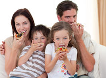 Família nova que come a pizza Fotografia de Stock
