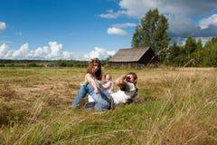 Família nova que descansa em um campo Foto de Stock