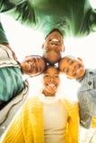 A família nova que faz uma cabeça circunda imagem de stock