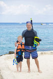 Família nova que mergulha junto no oceano Imagem de Stock
