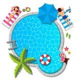 Família nova que relaxa na piscina para o verão Foto de Stock Royalty Free