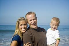 Família nova que tem o divertimento Fotografia de Stock Royalty Free