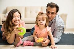 Família nova que tem o tempo junto Fotos de Stock Royalty Free