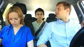 A família, o paizinho da mamã e a equitação do filho no carro, pais discutem, juram em se video estoque