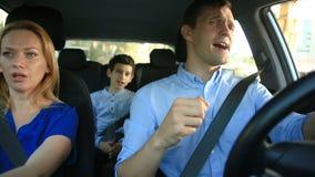 Família, paizinho da mamã e equitação do filho no carro, canta músicas com a família inteira vídeos de arquivo