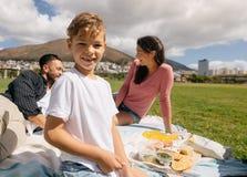 Família para fora para um piquenique em um parque Fotografia de Stock Royalty Free
