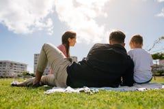 Família para fora para um piquenique em um parque Imagem de Stock Royalty Free