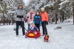 Família para uma caminhada no inverno imagens de stock royalty free