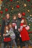 Família pela árvore de Natal Imagens de Stock