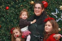 Família pela árvore de Natal Foto de Stock