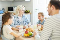 Família pelo café da manhã foto de stock