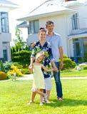 Família perto da casa nova Foto de Stock