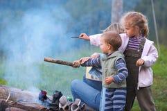 Família perto da fogueira fotos de stock