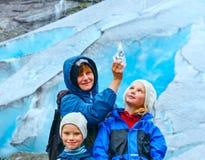 Família perto da geleira de Nigardsbreen (Noruega) foto de stock