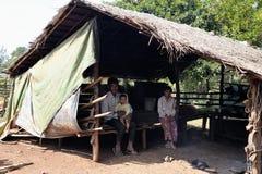 Família pobre na vila dos pobres da minoria étnica de Camboja Foto de Stock