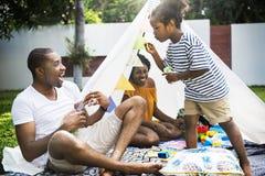 Família preta que aprecia o verão junto no sabão de sopro b do quintal fotos de stock royalty free