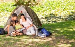 Família que acampa no parque Fotos de Stock Royalty Free