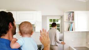 Família que acena adeus à mulher de negócios video estoque